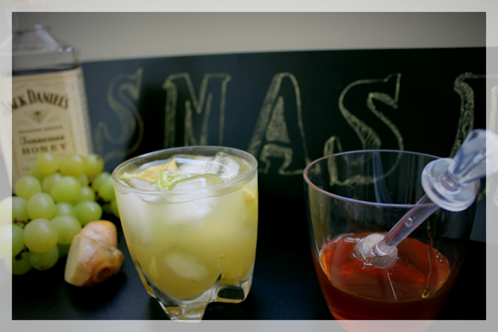 Foto do drink smash de Whisky Honey - smash de uva com gengibre amassados.