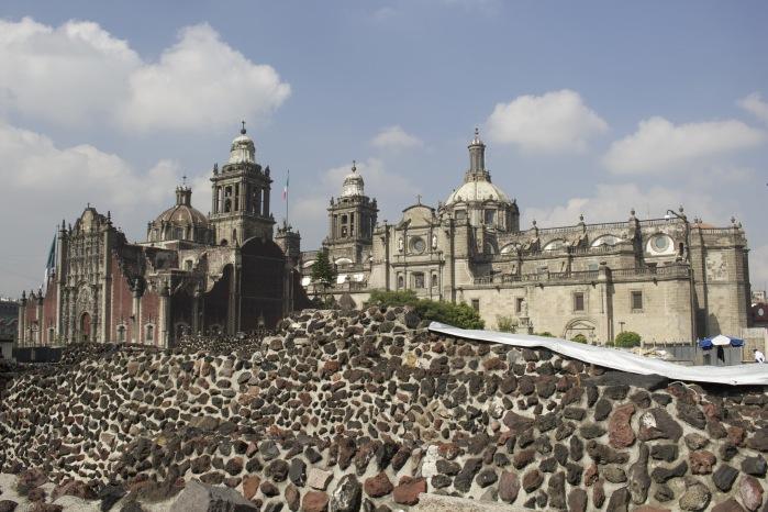Dentro do templo mayor com catedral metropolitana ao fundo - Viagem ao México.