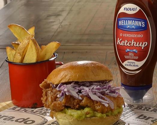 Restaurante Brado Chicken Crispy Guacamole R$ 34,00 Hambúrguer de 150g de frango crispy, empanado frito, salada de repolho, cebola marinada, guacamole e chili alioli. Acompanha batatas fritas.