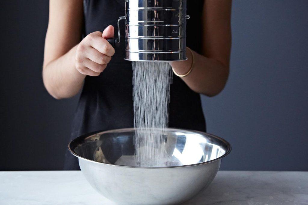 A farinha pode ficar úmida, o que pode empelotar o bolo