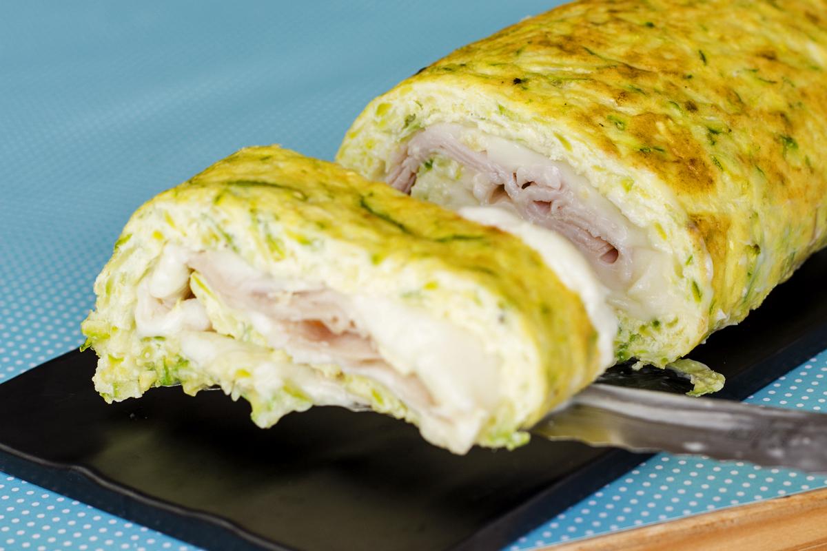 Rocambole de Omelete de Abobrinha Recheado de Peito de peru com catupiry