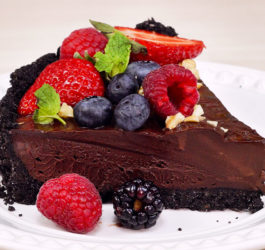 Torta de Trufa de Chocolate com Frutas Vermelhas